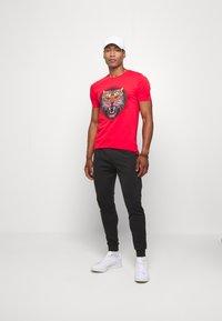 Alessandro Zavetti - GROWLER - T-shirt con stampa - red - 1