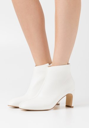 LOW SLANTED SHAFT - Ankelboots - white