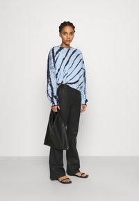 Proenza Schouler White Label - MODIFIED RAGLAN TIE DYE - Sweatshirt - light chambray/navy - 1