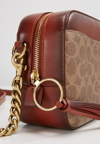 Coach - SIGNATURE CAMERA BAG - Umhängetasche - rust - 5