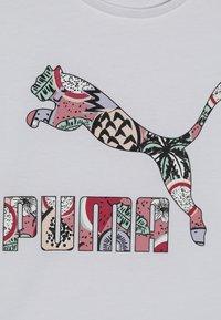 Puma - CLASSICS TEE - Camiseta estampada - white - 4