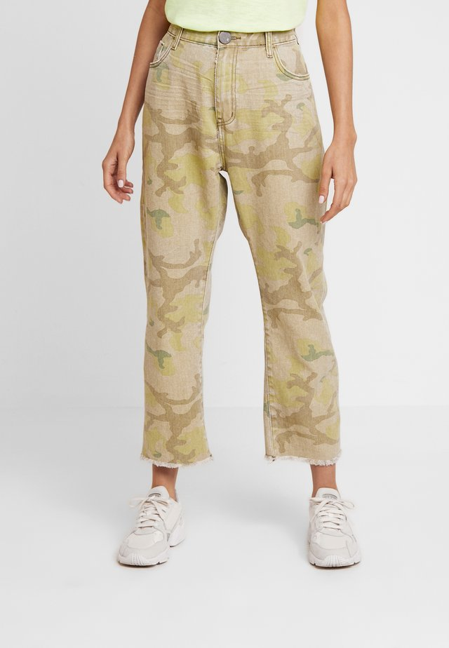 SAFARI CAMO BANDITS - Jeansy Straight Leg - light green
