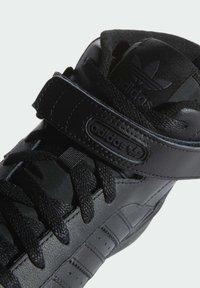 adidas Originals - FORUM MID UNISEX - Sneakers alte - core black/core black/core black - 6