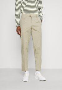 DOCKERS - SMART FLEX HERITAGE - Pantalones chinos - taupe sand - 0