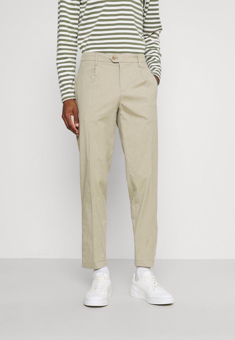 DOCKERS - SMART FLEX HERITAGE - Pantalones chinos - taupe sand