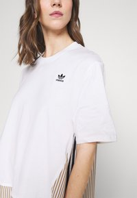 adidas Originals - Dry Clean Only xSHIRT DRESS - Sukienka z dżerseju - white - 4