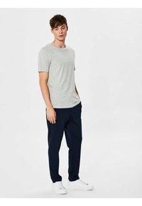 Selected Homme - SHDTHEPERFECT - T-paita - light grey melange - 1