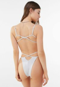 Bershka - MIT GLANZ  - Bikini top - silver - 2