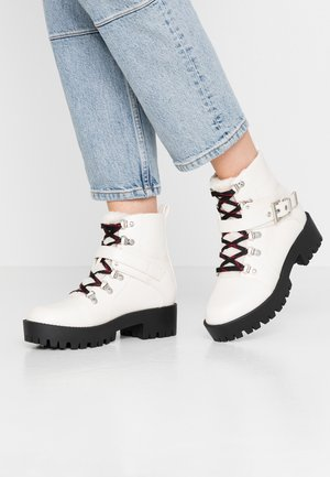 LOLA SKYE LEXI HIKING BOOT - Platform ankle boots - white