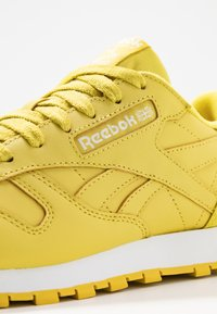 Reebok Classic - CLASSIC - Sneakersy niskie - utility yellow/white - 2