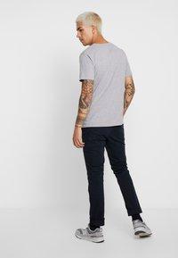 KnowledgeCotton Apparel - BASIC REGULAR FIT V-NECK TEE - T-shirt basic - grey melange - 2