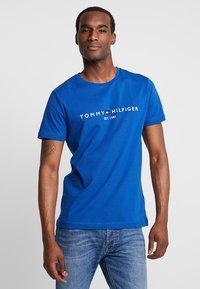 Tommy Hilfiger - LOGO TEE - T-shirt z nadrukiem - blue - 0