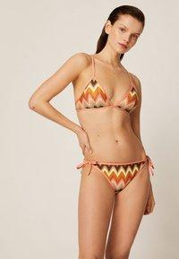 OYSHO - GEHÄKELTES TRIANGEL-BIKINIOBERTEIL 30712148 - Bikini top - multi-coloured - 1