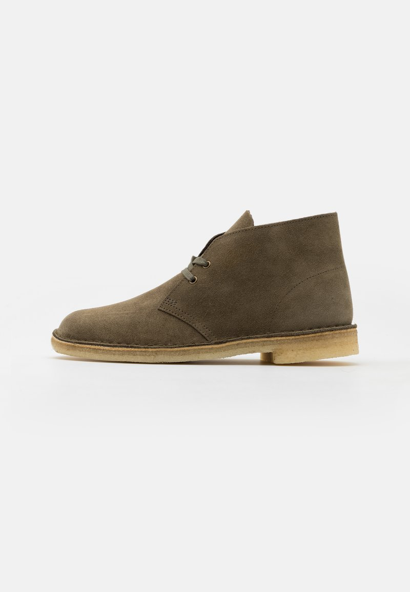 Clarks Originals - DESERT BOOT - Chaussures à lacets - light olive