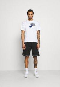 adidas Originals - TEE - T-shirt imprimé - white - 1