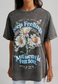Bershka - T-shirt z nadrukiem - dark grey - 3