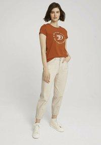 TOM TAILOR DENIM - MIT PRINT - Print T-shirt - amber brown - 1