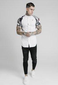 SIKSILK - Overhemd - white  floral - 0