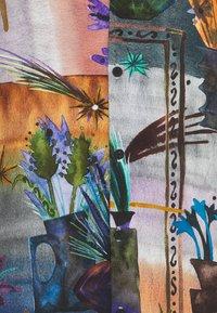 Vintage Supply - REVERE COLLAR SHIRT IN ARTY COLLAGE UNISEX - Vapaa-ajan kauluspaita - multi - 2