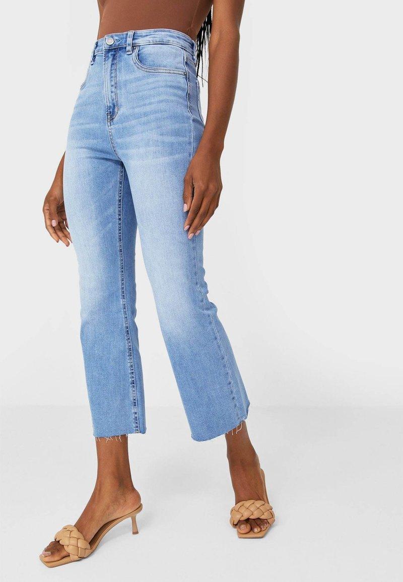 Stradivarius - Jeans a zampa - light blue