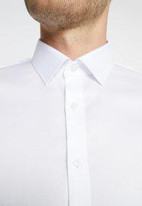 OLYMP - OLYMP NO.6 SUPER SLIM FIT - Koszula biznesowa - white - 5