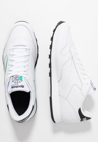 Reebok Classic - VECTOR LEATHER SHOES - Trainers - white/black/emerald - 1