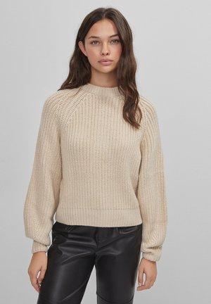 MIT RUNDHALSAUSSCHNITT - Pullover - beige