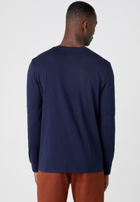 Wrangler - LS MODERN AMERICANA - T-shirt z nadrukiem - navy - 2