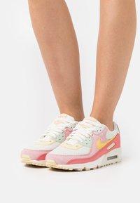 Nike Sportswear - AIR MAX 90 - Joggesko - sea glass/saturn gold/pink salt/seafoam - 0