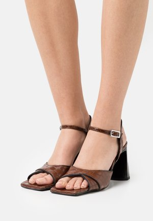 Sandaalit nilkkaremmillä - castaña cotur/black piping