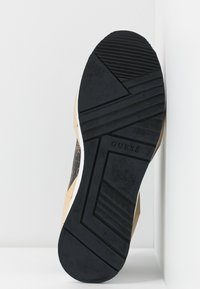 Guess - TALLYN - Sneakersy niskie - brown/black - 6