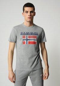 Napapijri - S-SURF FLAG - Print T-shirt - medium grey melange - 0