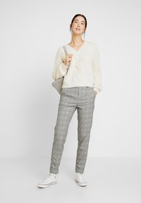 Object Tall - OBJLISA SLIM PANT - Trousers - gardenia/black - 1