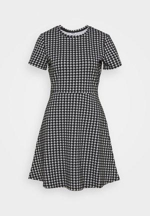NMHOUND DRESS - Abito in maglia - black/white