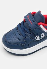 Champion - LOW CUT SHOE REBOUND UNISEX - Basketball shoes - navy - 5