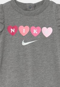 Nike Sportswear - RUFFLE SLEEVE  - Kombinezon - carbon heather - 2