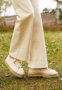 JUTELAUNE - VEGAN  - Volnočasové šněrovací boty - beige - 5