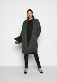 ONLY Carmakoma - CARCARROT LONG QUILTED JACKET - Kåpe / frakk - forest night - 1