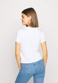 Levi's® - GRAPHIC SURF TEE - T-shirt med print - white - 2
