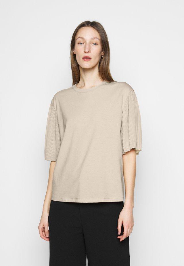 BUGIA - T-shirt print - sand