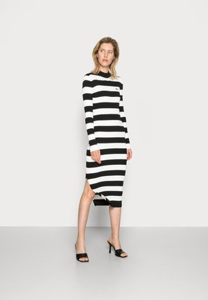 Stickad klänning - black/flour
