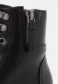 Steve Madden - JTENDER - Šněrovací kotníkové boty - black - 2