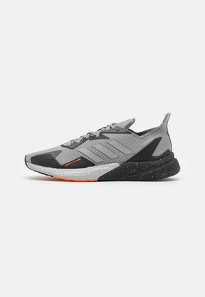 X9000L3 BOOST COLD.RDY SPORTS RUNNING SHOES - Zapatillas de running neutras - grey three/metallic silver/core black