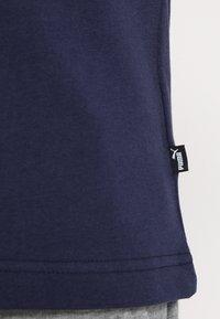 Puma - LOGO TEE - Print T-shirt - peacoat - 5