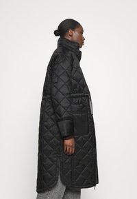 Hunter ORIGINAL - WOMENS REFINED LONG QUILTED COAT - Zimní kabát - black - 4