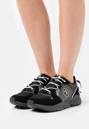 IRIS - Trainers - black