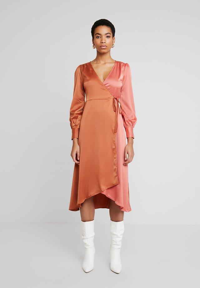 WRAP DRESS IN CONTRAST - Day dress - rust/blush