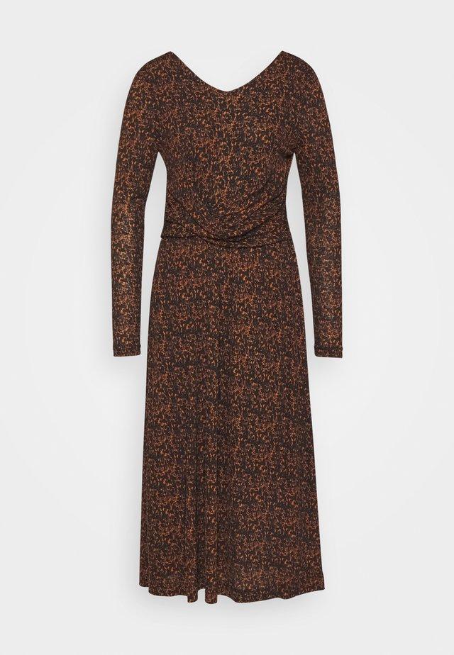SLANGELA FLOWER DRESS - Žerzejové šaty - sugar almond