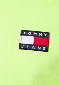 Tommy Jeans - BADGE MOCK NECK LONGSLEEVE UNISEX - Long sleeved top - faded lime - 2