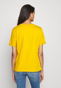 Pieces - PCRIA FOLD UP TEE - Basic T-shirt - nugget gold - 2